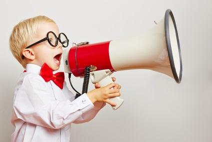 Kind ruft laut in ein Megafon