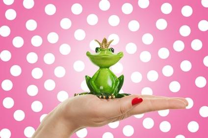 Frau hlt Froschprinz auf Hand